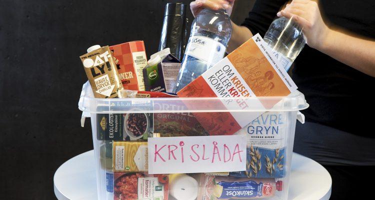 En låda med torrvaror, bland annt havredryck, vatten på flaska och tomatsås. Mat med lång hållbarhet som är bra att ha i en särskild krislåda, ifall det skulle uppstå en kris med störningar i samhället.